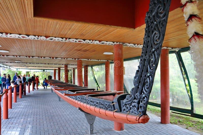 Tamaki Maori War Canoe op vertoning bij het Thermische Park van Whakarewarewa stock afbeeldingen