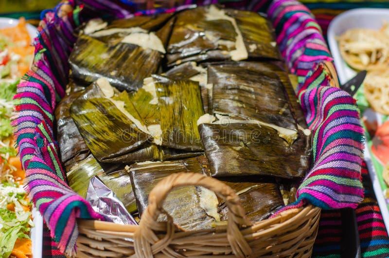Tamales mexicaines traditionnelles aux tissus colorés photos stock