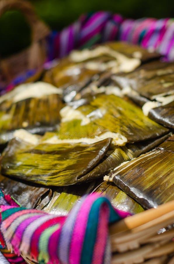 Tamales mexicains traditionnels dans un panier image stock