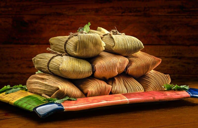 Tamales mexicanos feitos da carne de porco e do pimentão da galinha do milho fotografia de stock
