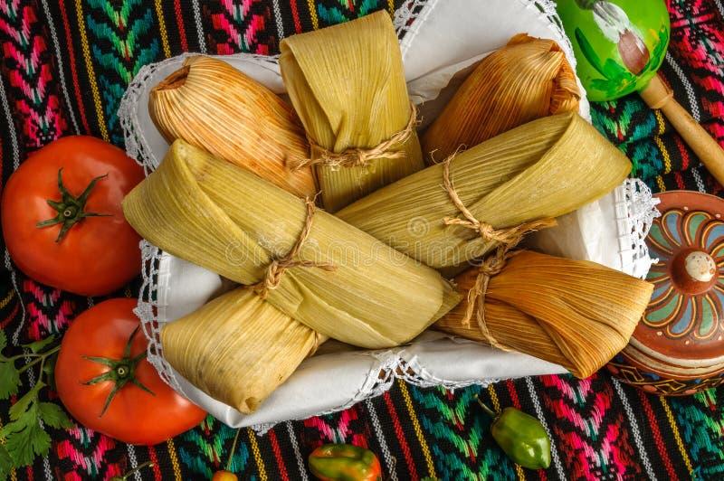 Tamales mexicanos hechos de maíz y de pollo fotos de archivo libres de regalías