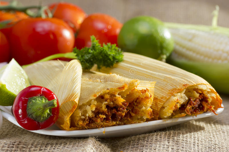 Tamali messicani sul piatto. immagine stock