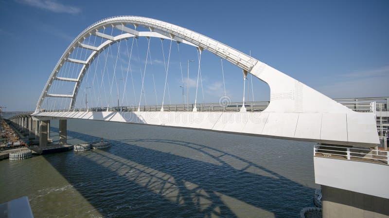 TAMAN, RUSSIA - 13 marzo 2019: Arco del ponte della Crimea Costruzione del ponte della Crimea Vista dell'arco del fotografia stock