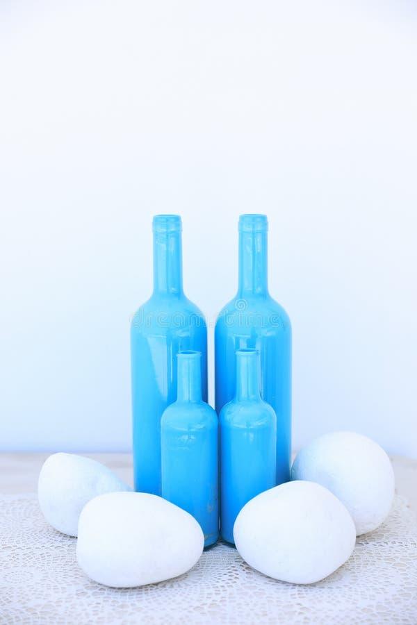 Tamanhos diferentes quatro garrafas azuis como uma ideia do vaso para sua casa no estilo mediterrâneo fotos de stock