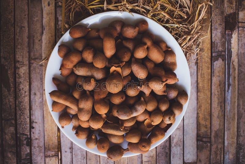 Tamarindi (tamarindi) sul tavolo da cucina del piatto fotografia stock