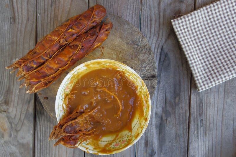 Tamarindo e succo del tamarindo sulla tavola di legno fotografia stock libera da diritti