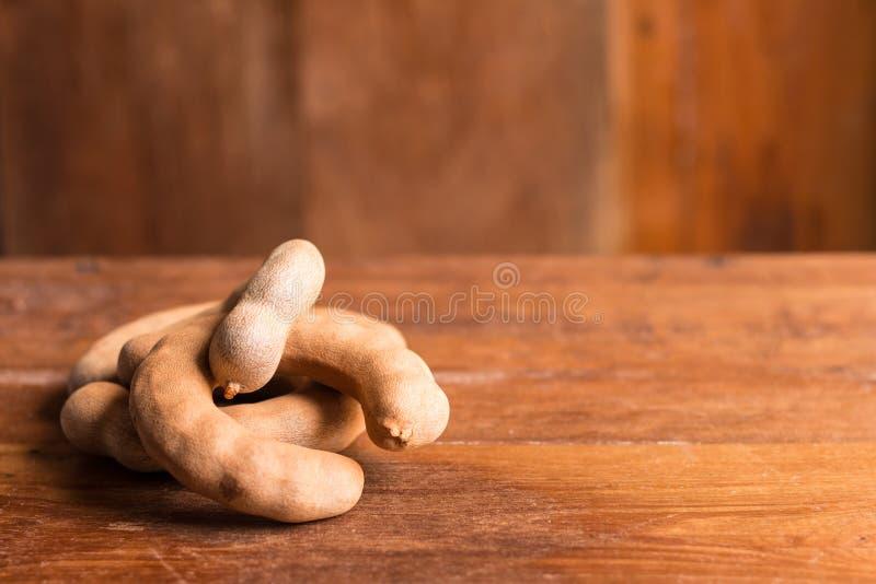 Tamarindo maturo dolce sulla tavola di legno rustica immagine stock