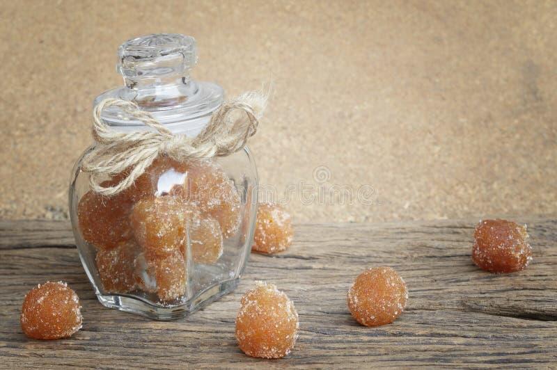 Tamarindo mezclado con el azúcar granulado imagen de archivo