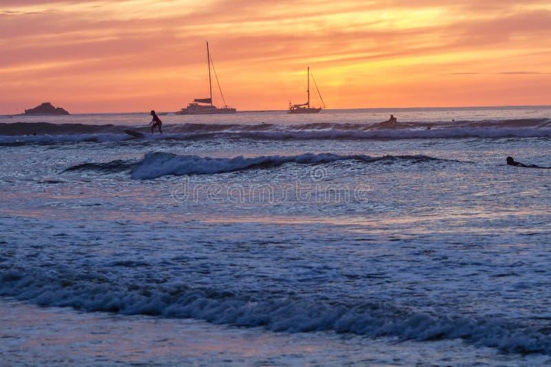 Tamarindo surfant au coucher du soleil photo stock