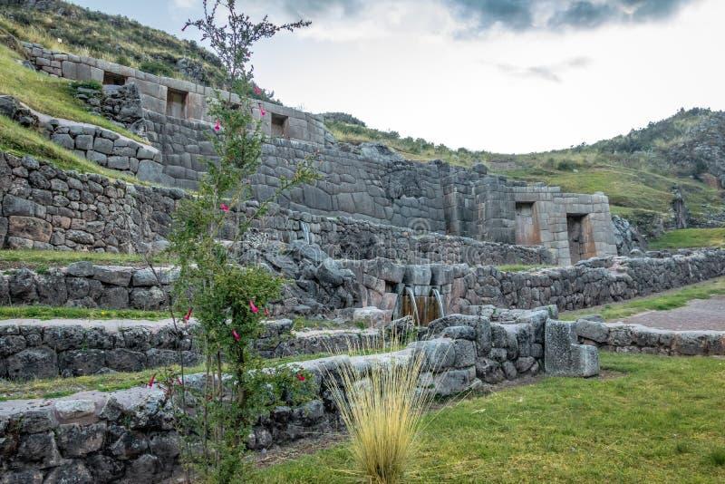 Tambomachay Inca Ruins con la molla di acqua - Cusco, Perù immagini stock