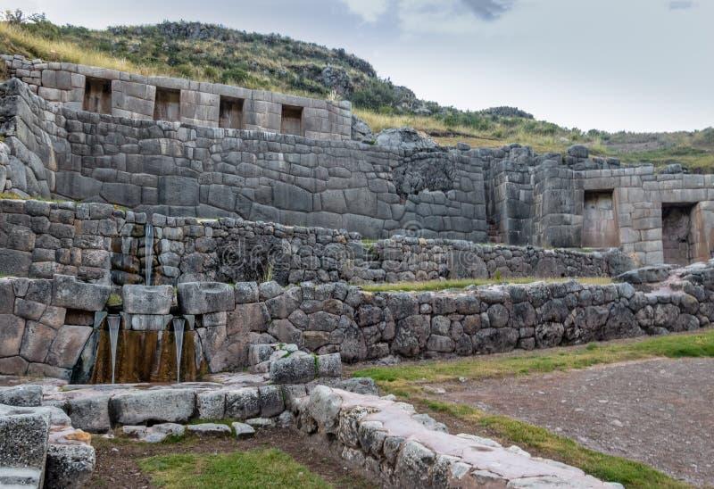 Tambomachay Inca Ruins con la molla di acqua - Cusco, Perù fotografia stock libera da diritti