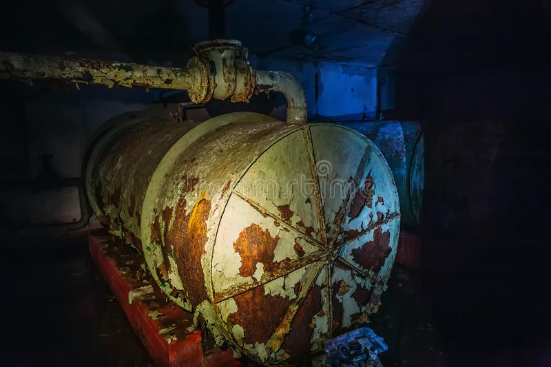Tambor de aço oxidado do ferro em um abrigo soviético abandonado do depósito ou de bomba imagem de stock