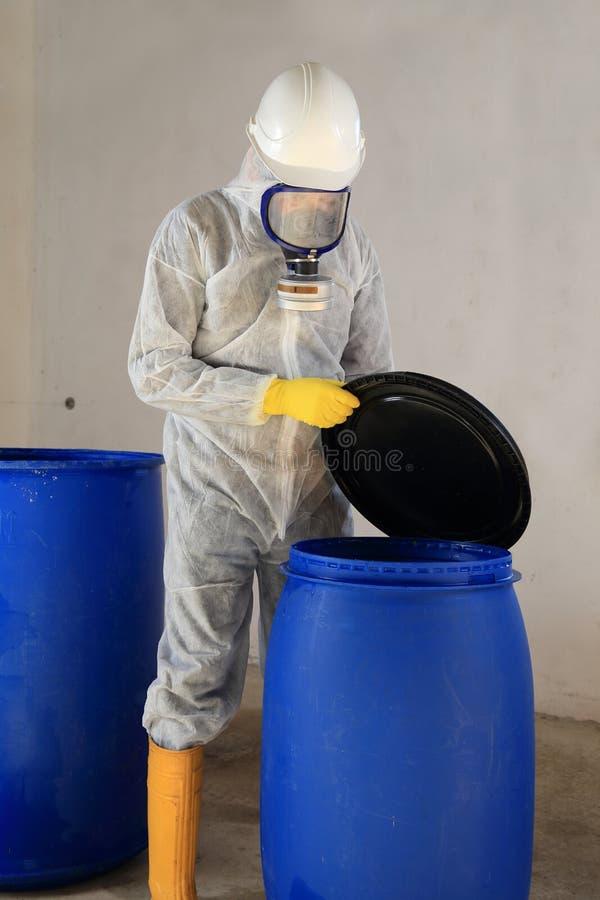 Tambor de abertura do trabalhador com os bens perigosos dos resíduos tóxicos químicos foto de stock royalty free