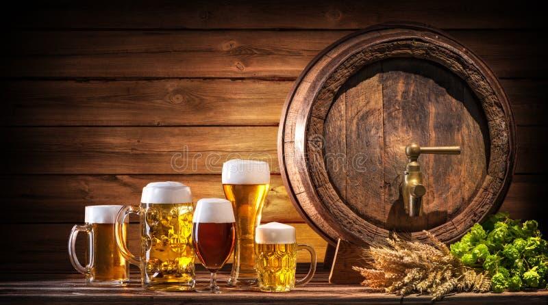 Tambor de cerveja de Oktoberfest e vidros de cerveja foto de stock