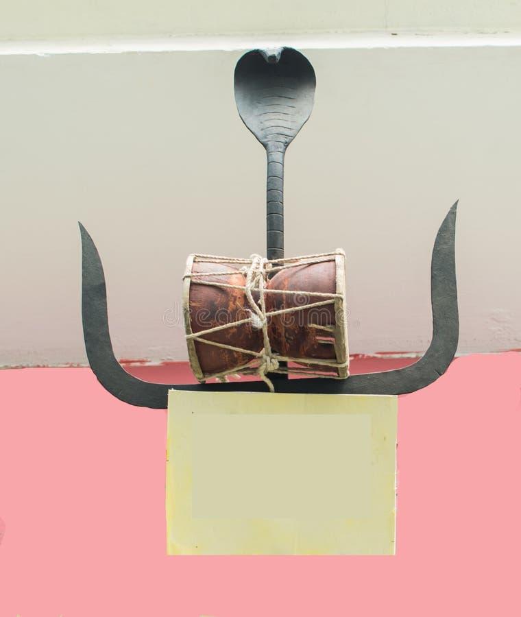 Tambor de la pelotilla con Trident y símbolo religioso de la cobra foto de archivo libre de regalías