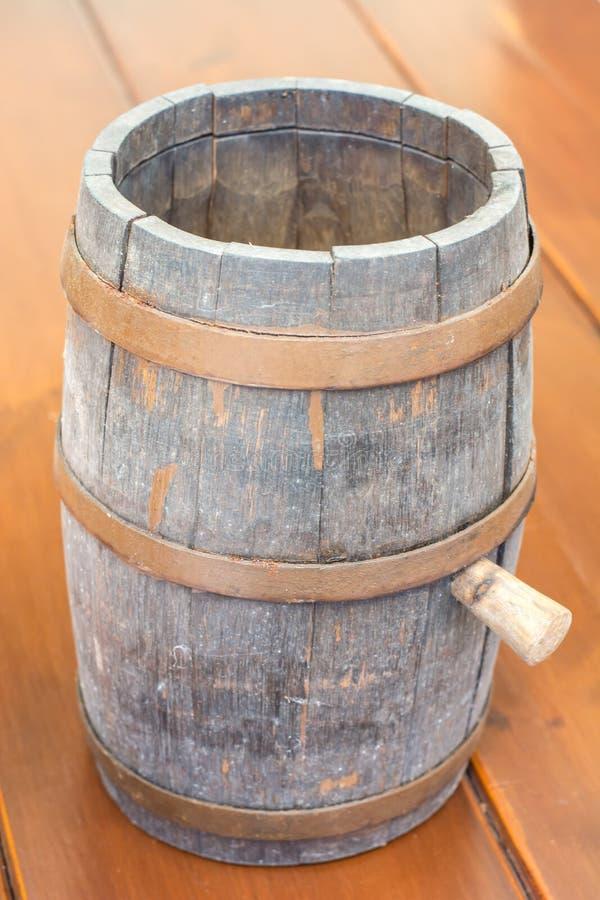 Tambor de madeira antigo para a cerveja na tabela fotografia de stock royalty free