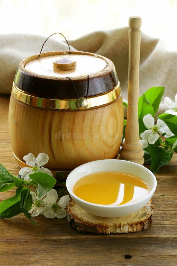 Tambor de madeira com um mel orgânico imagem de stock royalty free