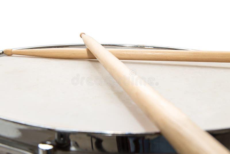 Tambor de madera y palillos aislados foto de archivo