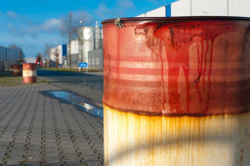 Tambor de petróleo oxidado imagem de stock royalty free