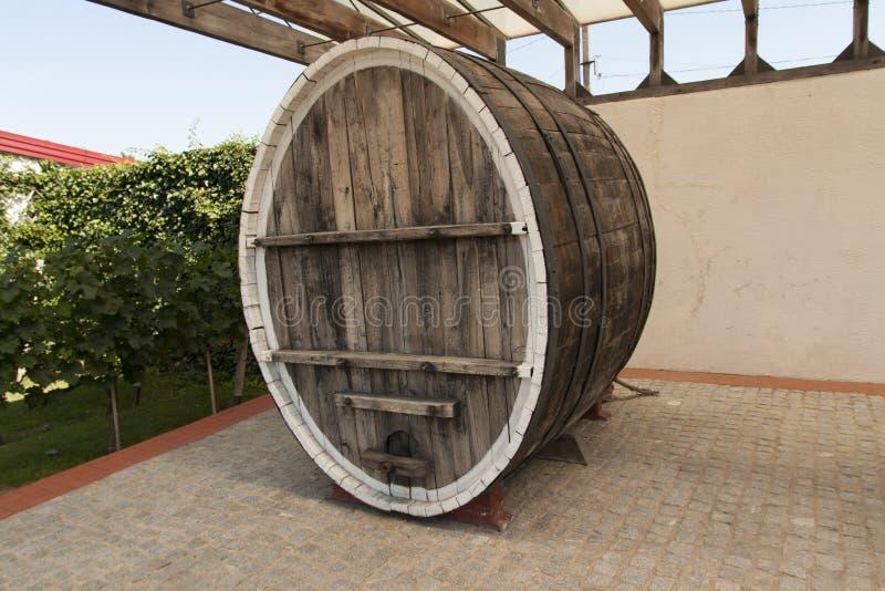 Tambor de vinho na foto da adega de vinho imagens de stock royalty free