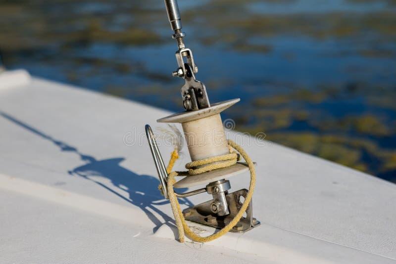 Tambor del rodillo para las velas en un pequeño barco de navegación Equi del barco de navegación fotografía de archivo