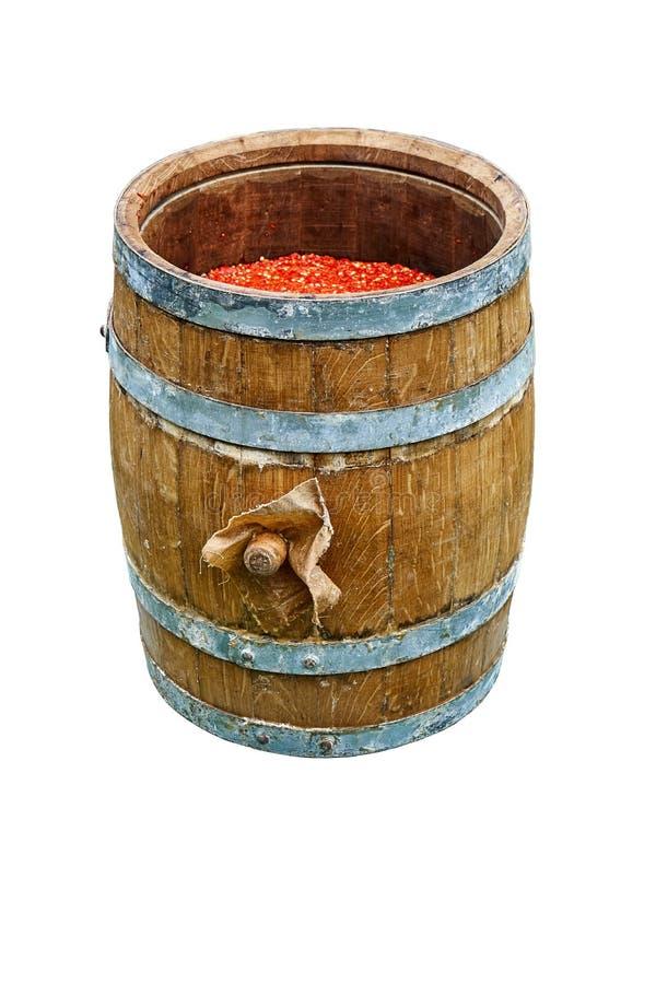 Tambor do carvalho Tambor de madeira aberto enchido com o pimento moído Isolado no fundo branco imagens de stock royalty free