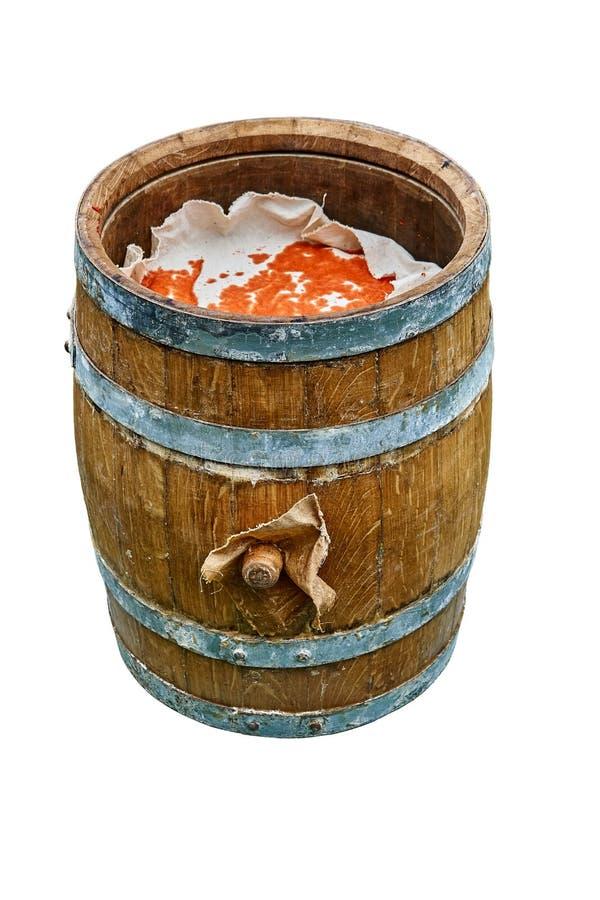 Tambor do carvalho Tambor de madeira aberto enchido com o pimento moído Isolado no fundo branco fotos de stock