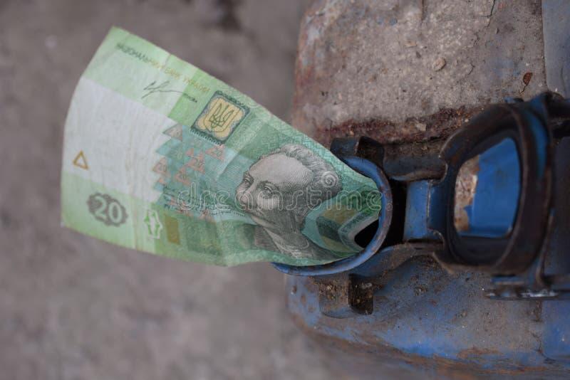 Tambor do metal e dinheiro ucraniano, o conceito do custo da gasolina, diesel, gás Reenchendo o carro Ucraniano da cédula 20 imagens de stock