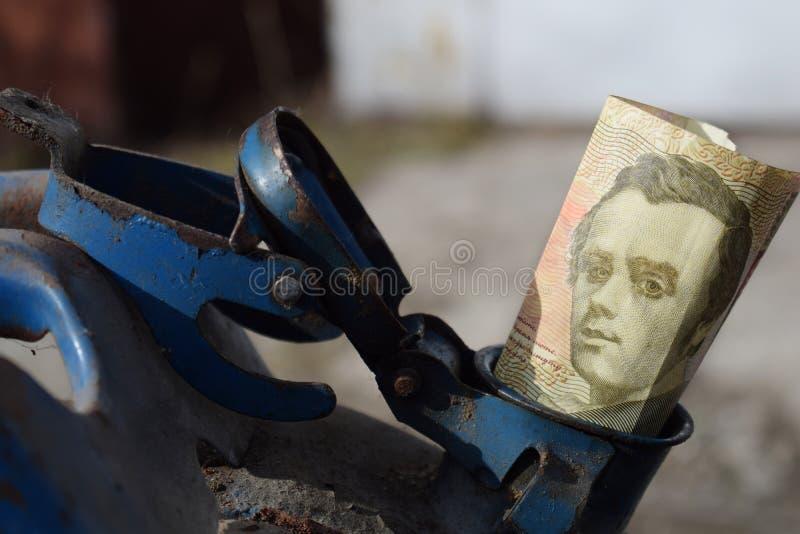 Tambor do metal e dinheiro ucraniano, o conceito do custo da gasolina, diesel, gás Reenchendo o carro Hryvnia da cédula 100 fotos de stock royalty free