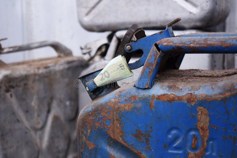 Tambor do metal e dinheiro ucraniano, o conceito do custo da gasolina, diesel, gás Reenchendo o carro 20 litros e cédula 20 imagens de stock
