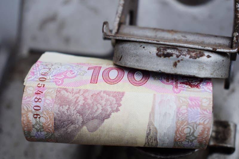 Tambor do metal e dinheiro ucraniano, o conceito do custo da gasolina, diesel, gás Reenchendo o carro Rolo das cédulas 100 imagens de stock royalty free