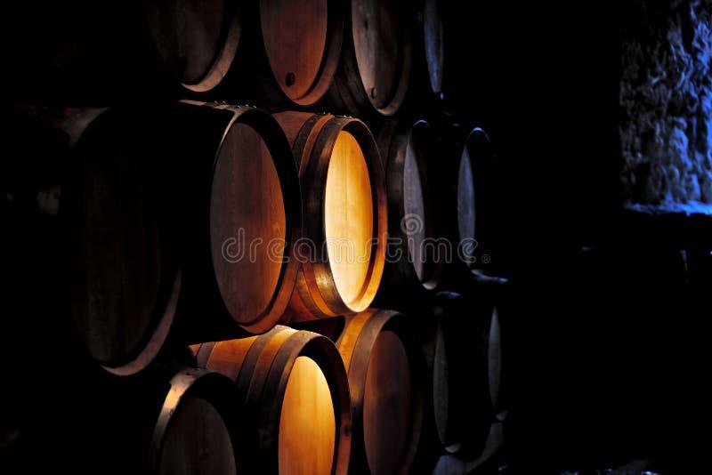 Tambor do vinho na adega. foto de stock