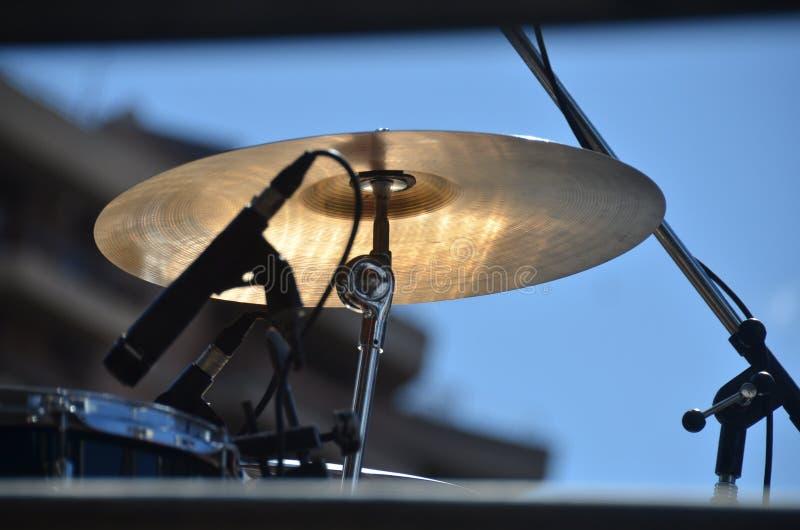 Tambor - Fotografía por cimbal y micrófono - Platillo de bateria fotografía de archivo