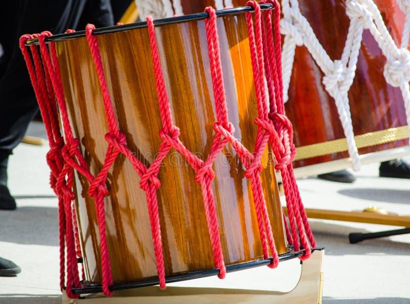 Tambor japonés tradicional con la cuerda roja alrededor fotografía de archivo libre de regalías