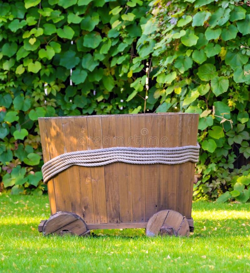 Tambor ou cuba de madeira velha foto de stock