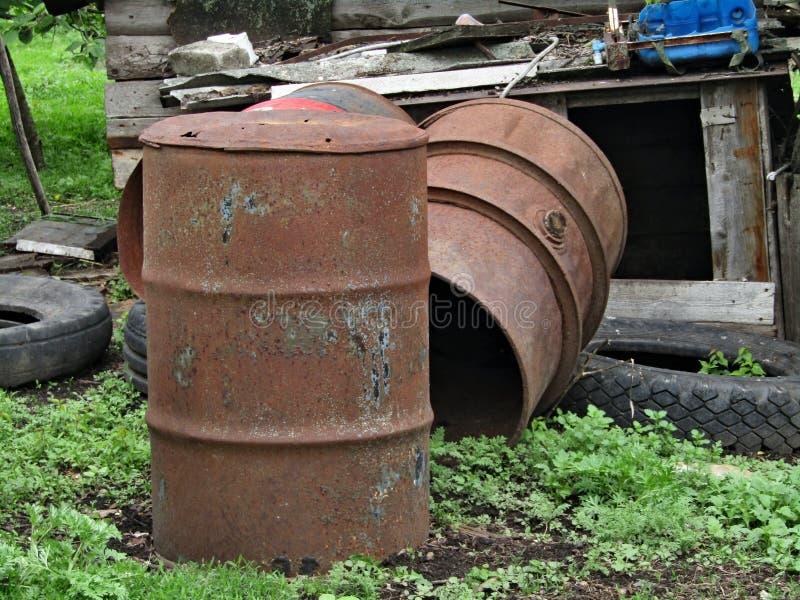 Tambor oxidado e rodas de borracha fotos de stock