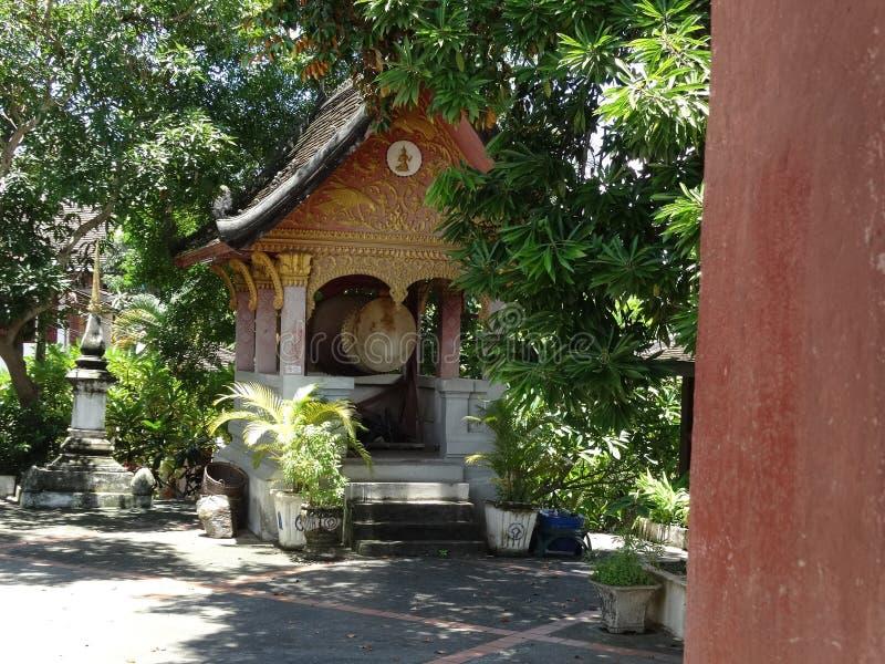 Tambor ritual en monasterio budista en Luang Prabang, Laos imágenes de archivo libres de regalías