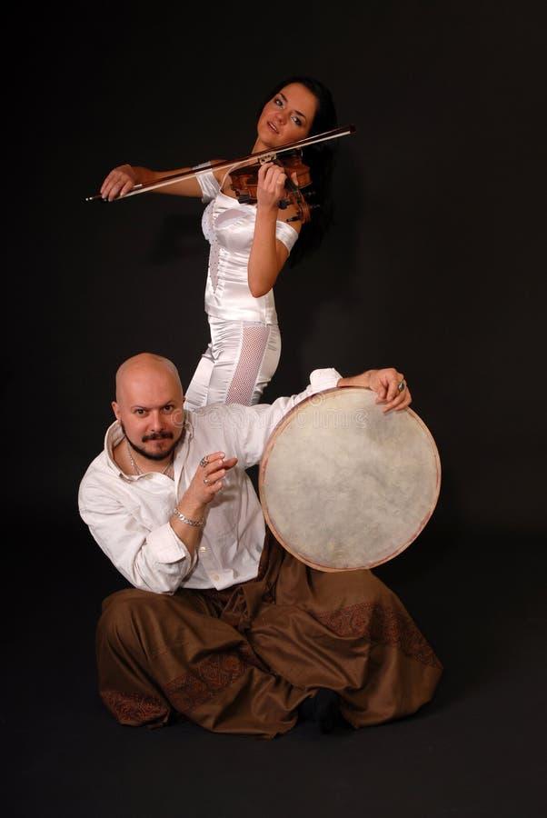 Tambor y violín musicales del dúo imagen de archivo