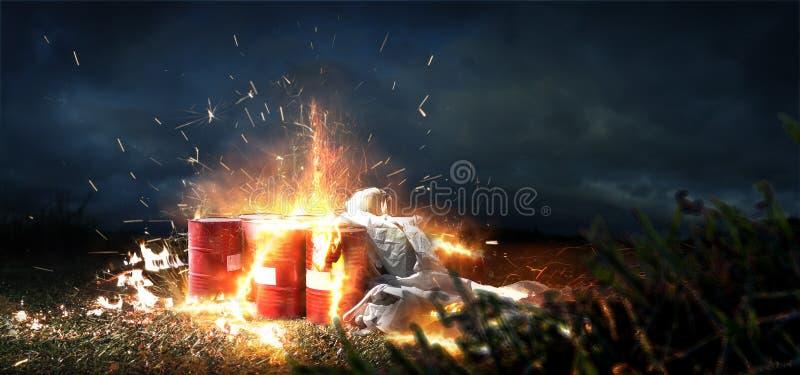Tambores ardentes Explosão da radiação e fogo de substâncias tóxicas Polui??o do ambiente Efeitos catastróficos de fotografia de stock