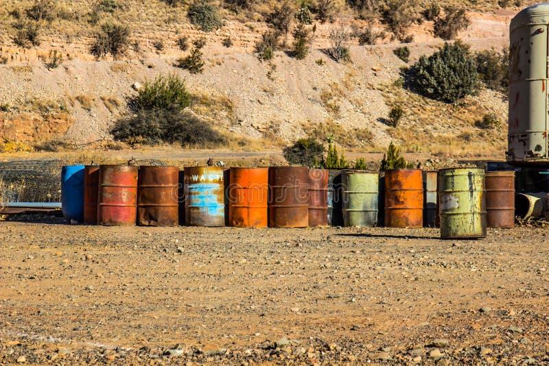 Tambores coloreados multi de 50 galones en desguace imagen de archivo libre de regalías