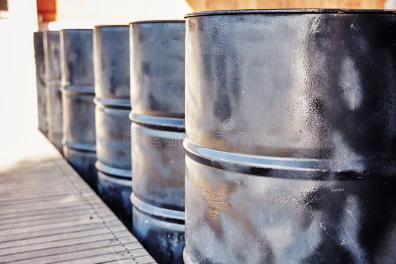 Tambores de óleo pretos do metal imagem de stock