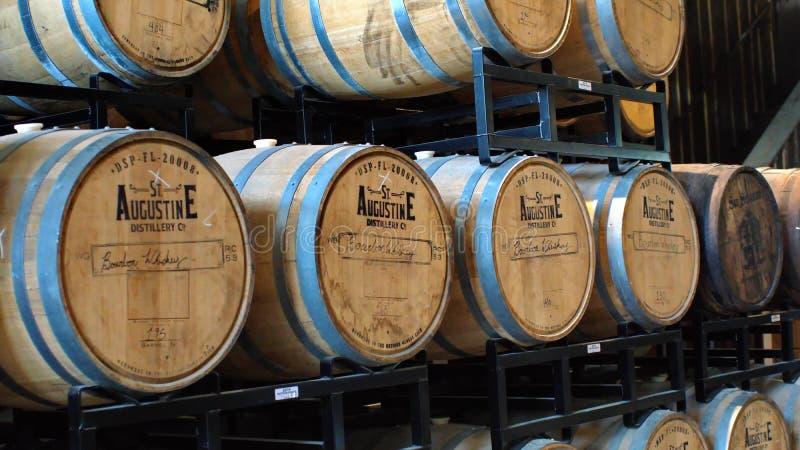 Tambores de Bourbon em uma cremalheira em uma destilaria fotografia de stock