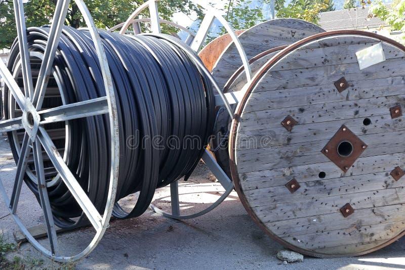 Tambores de cable cerca del camino fotos de archivo libres de regalías