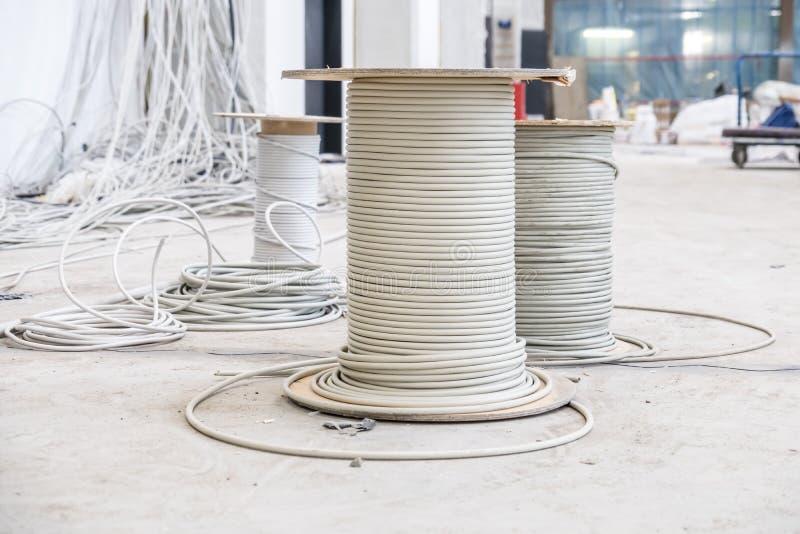 Tambores de cable con caos de la instalación fotos de archivo libres de regalías