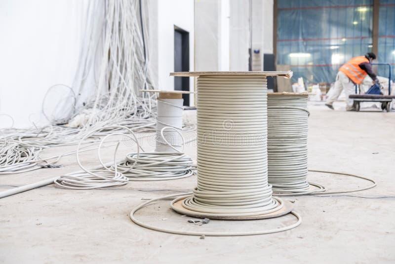Tambores de cable con caos de la instalación imagenes de archivo
