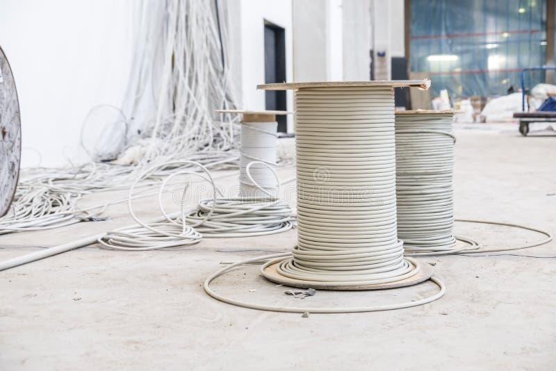 Tambores de cable con caos de la instalación foto de archivo