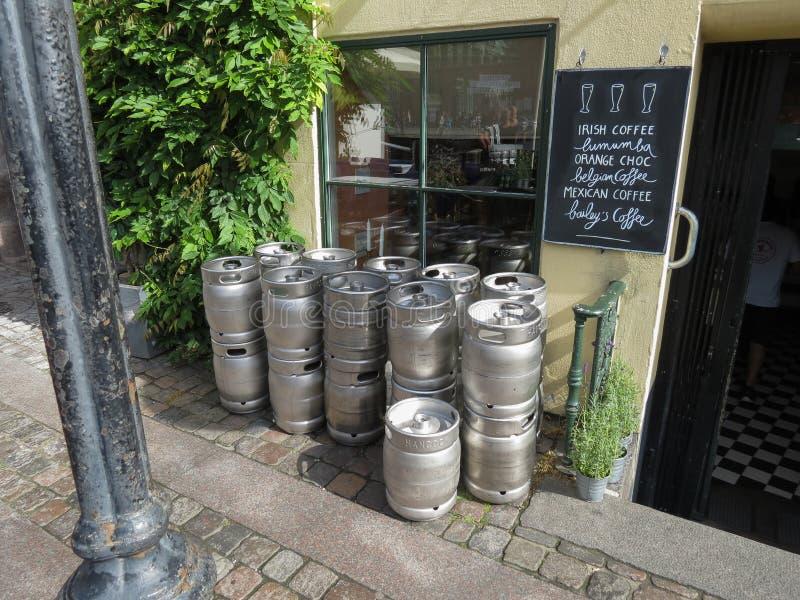 Tambores de cerveja do metal igualmente conhecidos como barris imagens de stock
