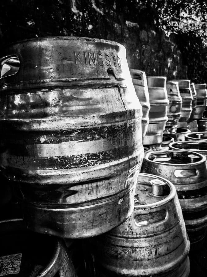 Tambores de cerveja em preto e branco imagem de stock