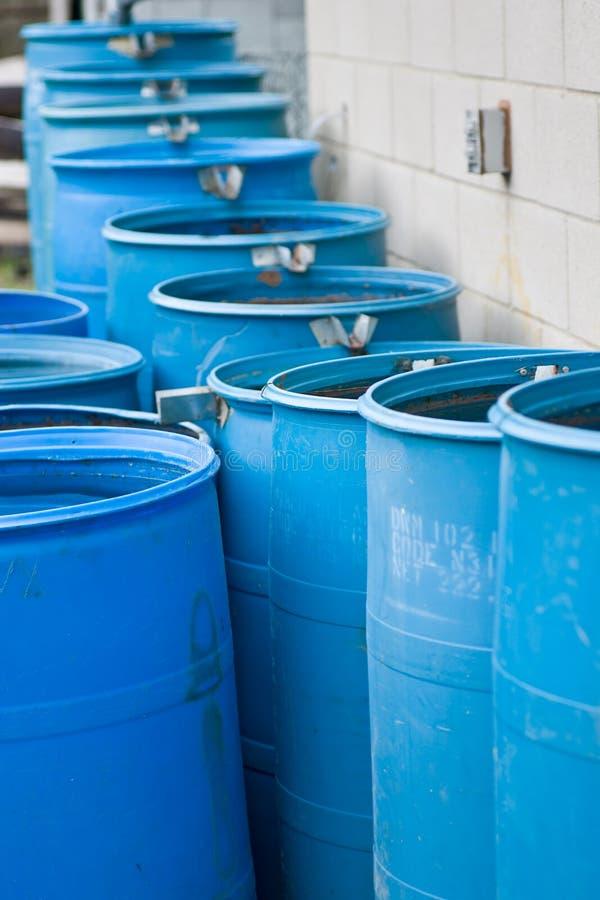 Tambores de chuva azuis em uma fileira que flui em se imagem de stock
