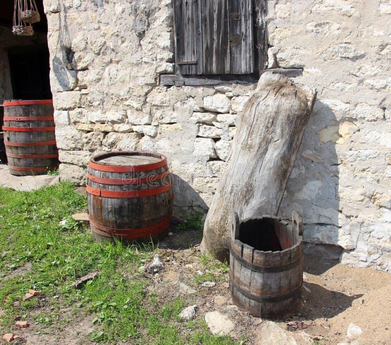 Tambores de madeira antigos com e calha de madeira fotografia de stock